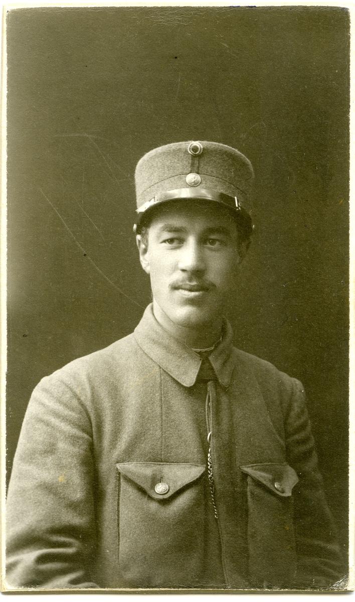 Portrett av Ola koppervik i militæruniform.