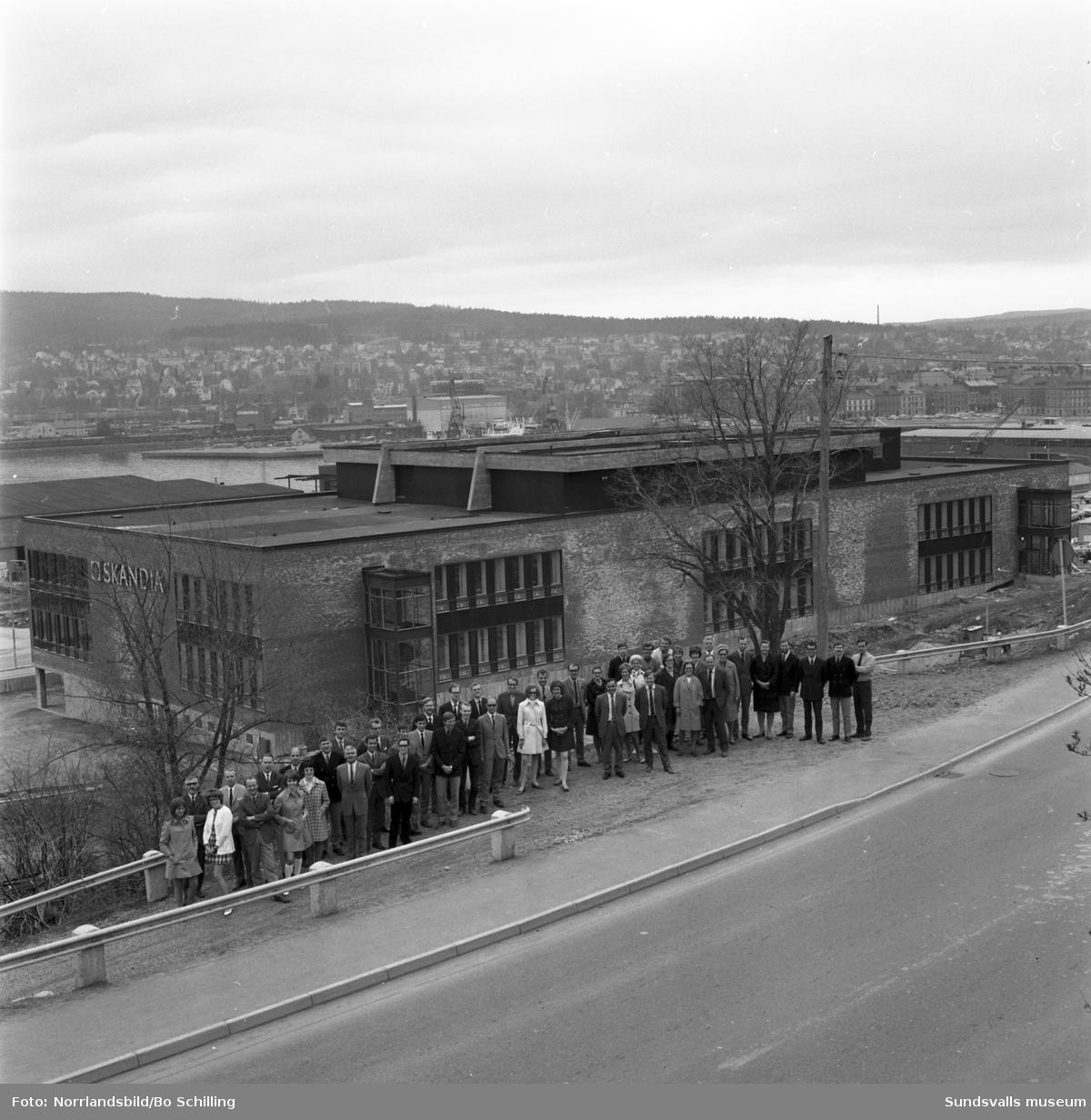 Gruppbild av personalen utanför det nybyggda Skandiahuset vid Bjälkvägen. Bilden tagen vid Skönsbergsvägen.