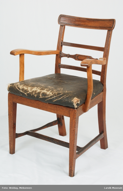 Form: stol i mahogny(?) i Sheraton stil med fine