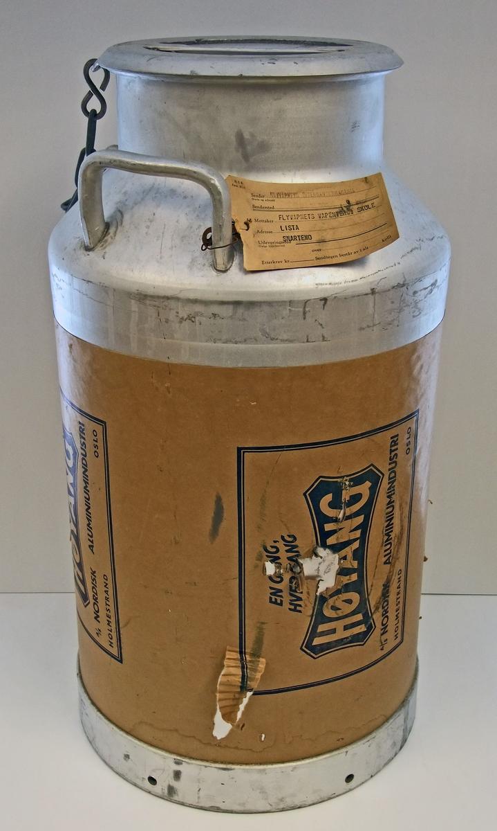50 liters HØYANG melkespann med lokk.  Form:   grunnformen sylindrisk  Brukssted:  - Lista flystasjon, Vest-Lista.