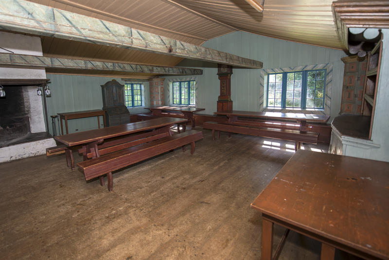 Hovedrommet har stor peis, langbord og benker. Uttak til strøm, men ingen elektriske lyskilder er installert.