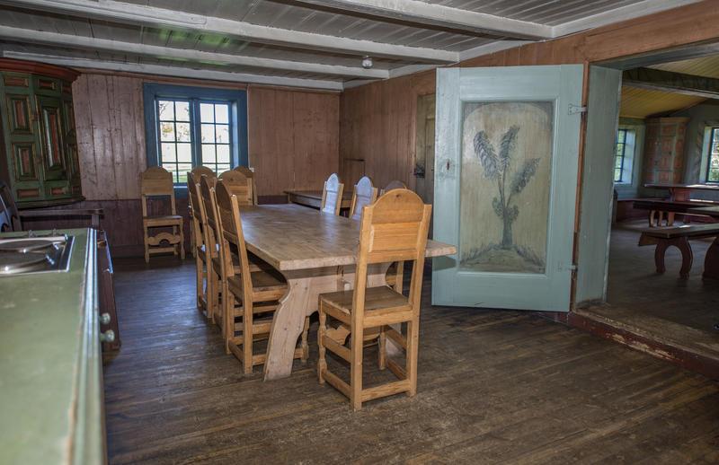 Det finnes noen høyryggede trestoler på kjøkkenet, disse kan brukes i stedet for en benk eller to inne i hovedrommet dersom man ønsker det.