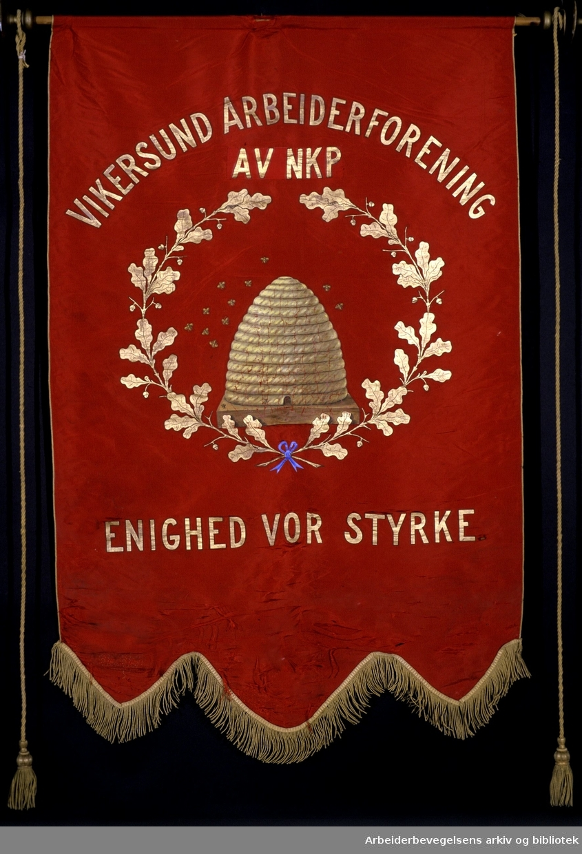 Vikersund arbeiderforening av NKP.Stiftet 29. april 1888..Forside..Fanetekst: Vikersund Arbeiderforening av NKP. .Enighet vor styrke...