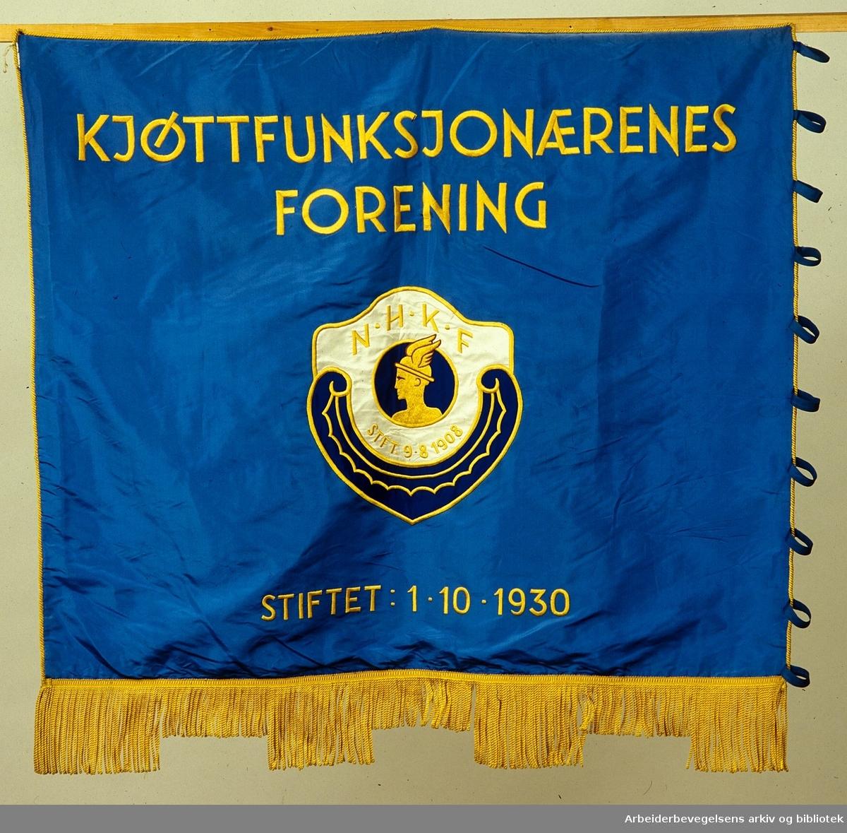 Kjøttfunksjonærenes forening.Stiftet 1. oktober 1930..Forside..Fanetekst: Kjøttfunksjonærenes forening.N.H.K.F. Stift. 9 - 8 - 1908.Stiftet 1 - 10 - 1930.