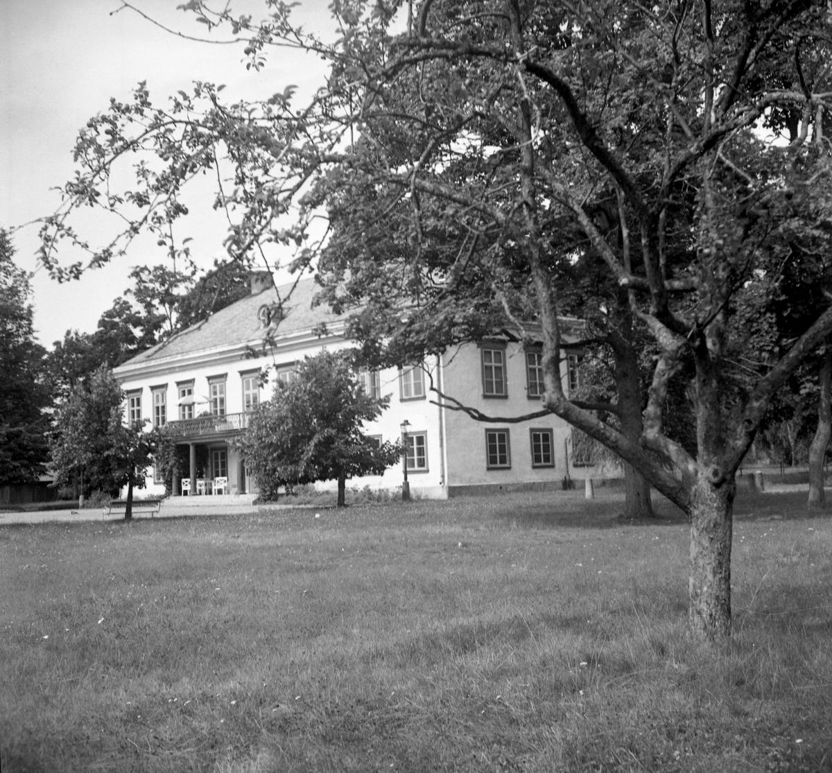 En serie bilder tagna i slutet av 1940-talet av gårdar och bostäder i Karlstads utkanter: Färjestads herrgård