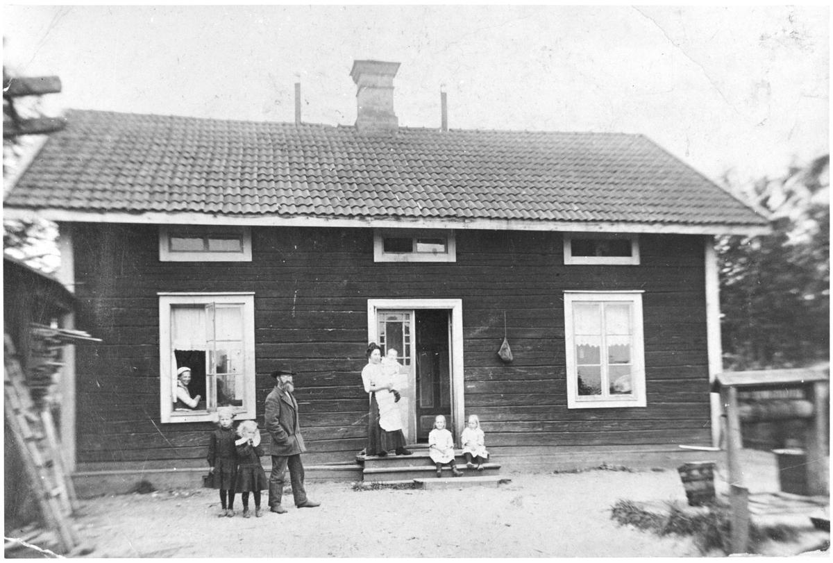 I fönstret. Maria Jönsson, stående fr.v. Naima Jönsson, Hildur Jönsson, Johannes Jönsson. Stående på bron Svea Jönsson.