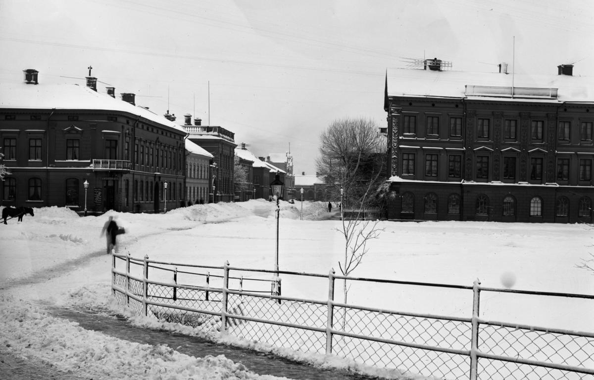 Residenstorget och Järnvägsgatan en snörik vinter runt förra sekelskiftet. Huset till vänster byggdes på med 2 plan år 1911.