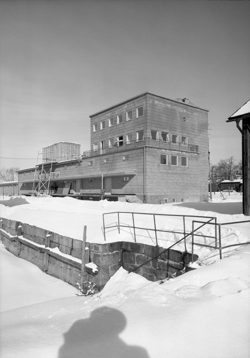 Bildserie från Hakonbolaget tagen i mars och april 1951. Bangårdsgatan 2