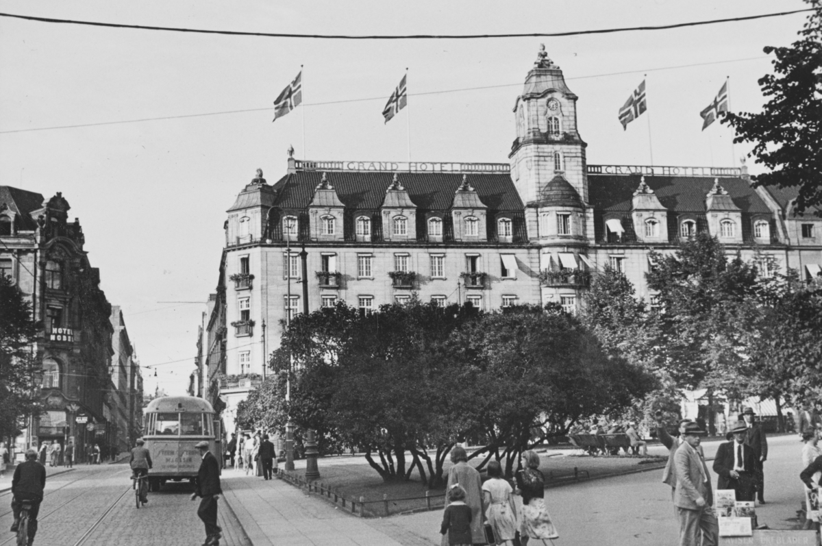 Grand hotel og Studenterlunden i Oslo. Grand hotel er pyntet med flagg i forbindelse med Den Interparlamentariske unions 35. konferanse i Oslo.