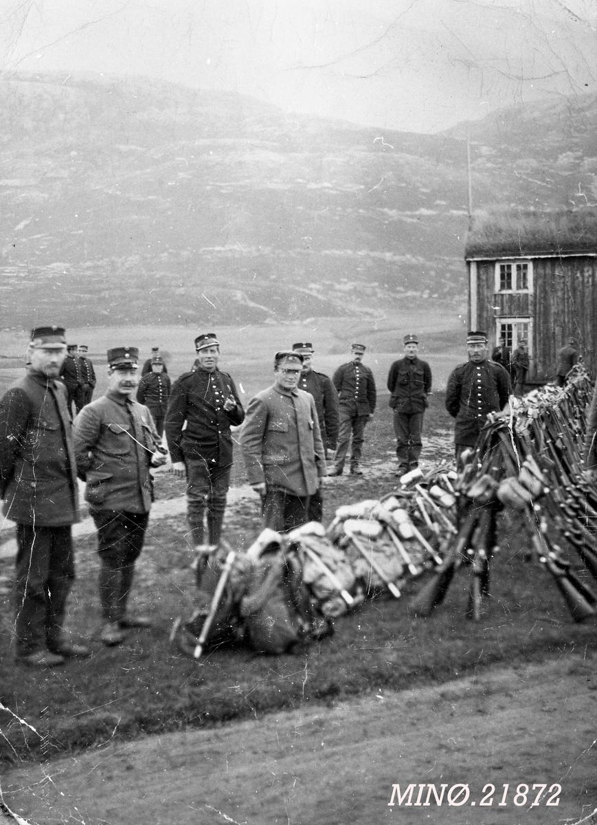Militære på nøytralitetsvakt 1914. Nummer to fra høyre Petter Lønnrusten.