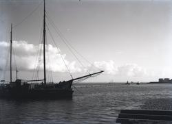 Hamninloppet och vågbrytaren. Till vänster ett fartyg som li