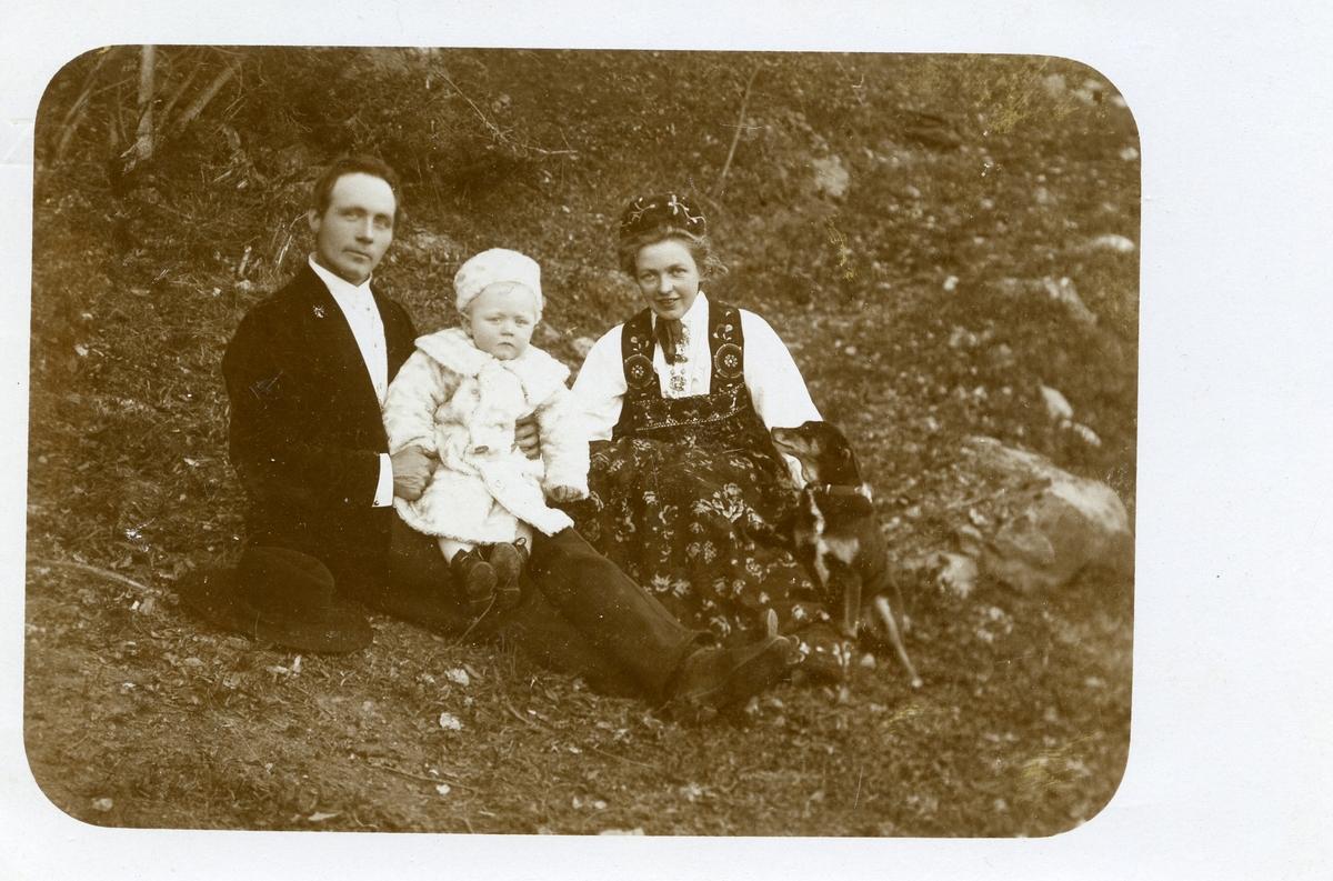 Olav og Charlotte Moe med sonen Magne.