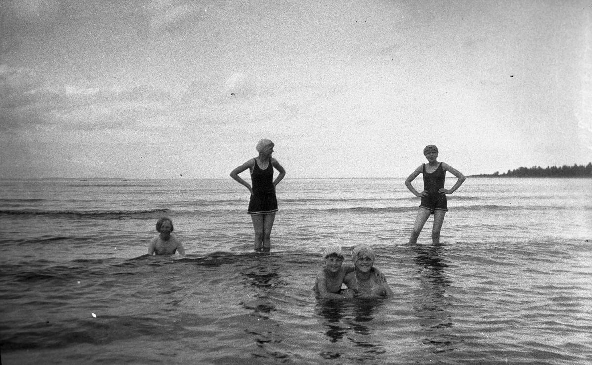 """Rullsand. Längst fram """"Ninnan"""" Lilian Holmstedt med sin kusin Eva Brundin. I mitten står Karin Brundin, till höger Ingrid Brundin och till vänster arrendator Lundbergs dotter Eva i Brämsand. Foto 1928."""