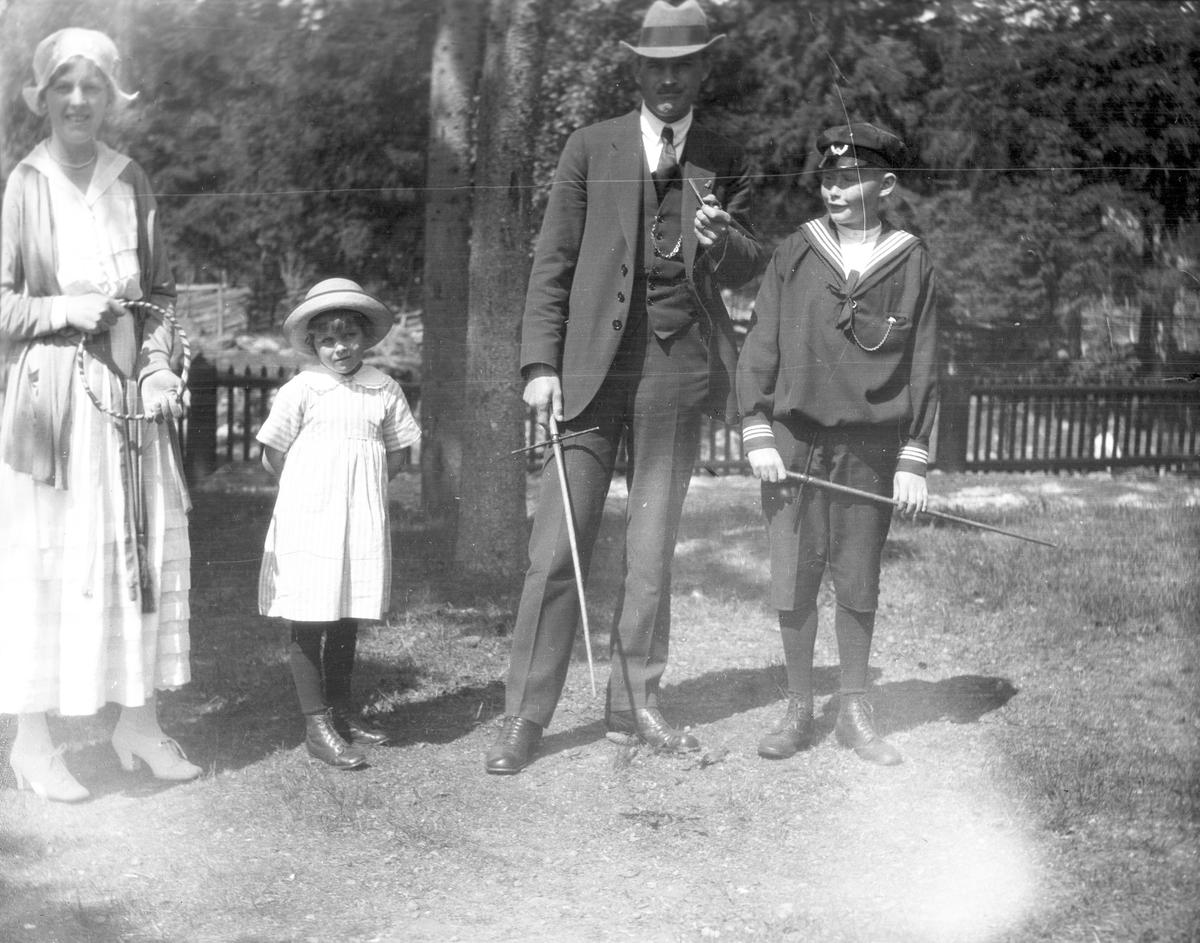 Bilden är från Brämen, från vänster Elna Brundins syster Ingeborg Malmberg, Ingrid och David Brundin samt troligtvis Sten Åkerlöf.