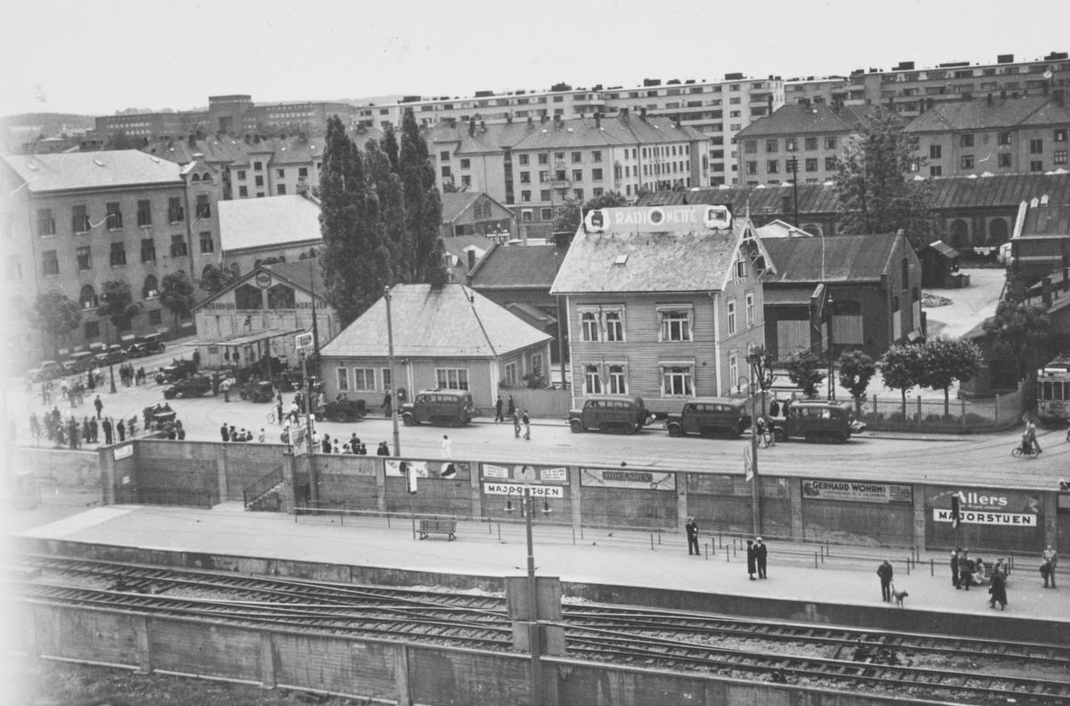 Majorstuen stasjon på Holmenkolbanen. I bakgrunnen tyske beltekjøretøy, på vei oppover Slemdalsveien