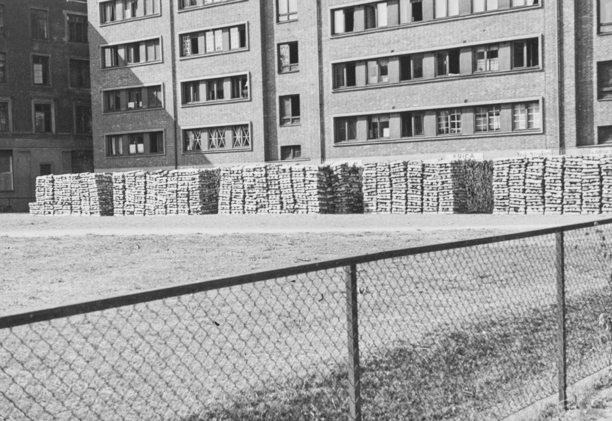 Vedlager utenfor Bogstadveien 53, Majorstuen i Oslo. Fotografert fra Majorstuen stasjon på Holmenkolbanen.