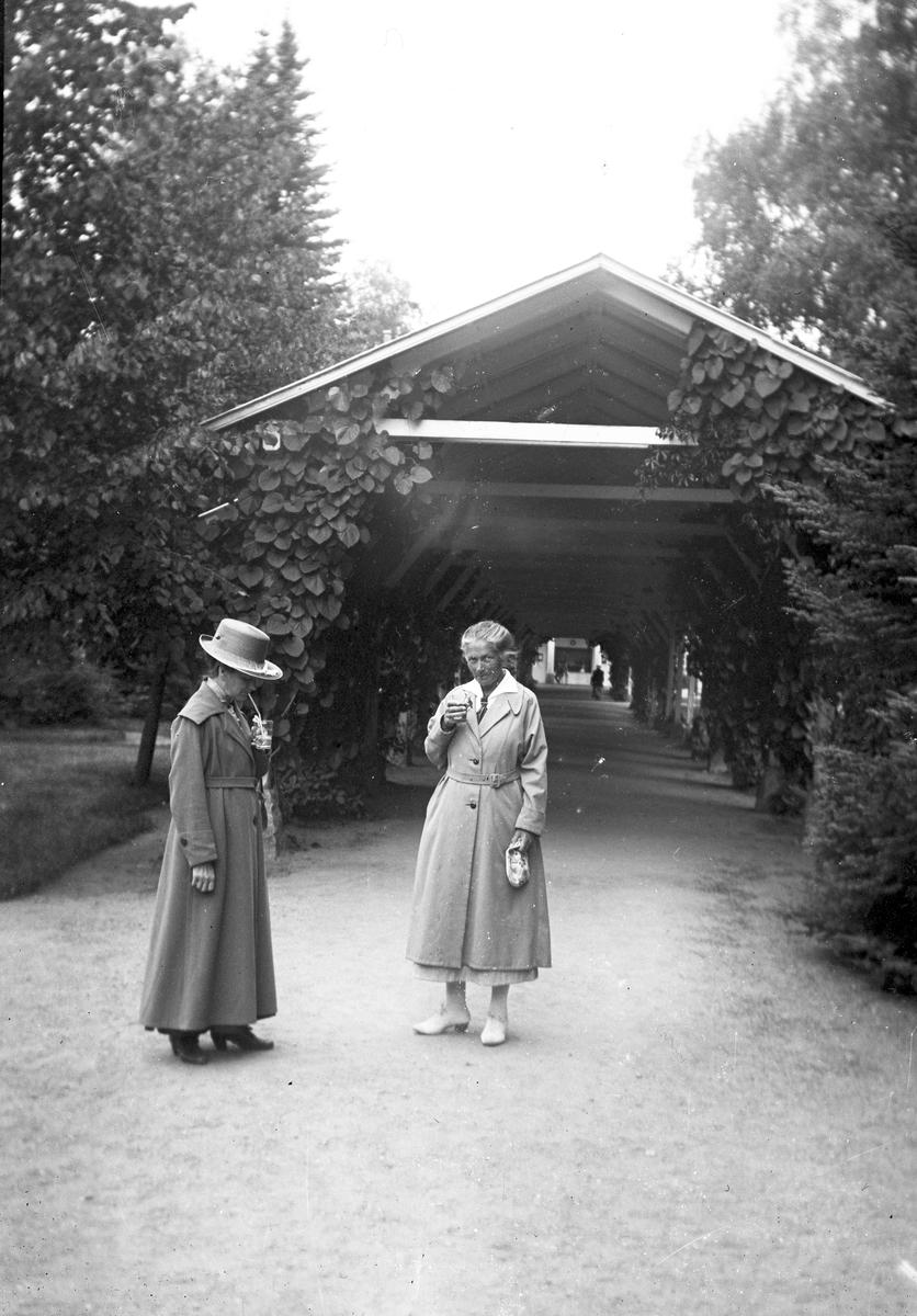 Dricker saft i parken. Tidsomfånget är 1900 - 1940