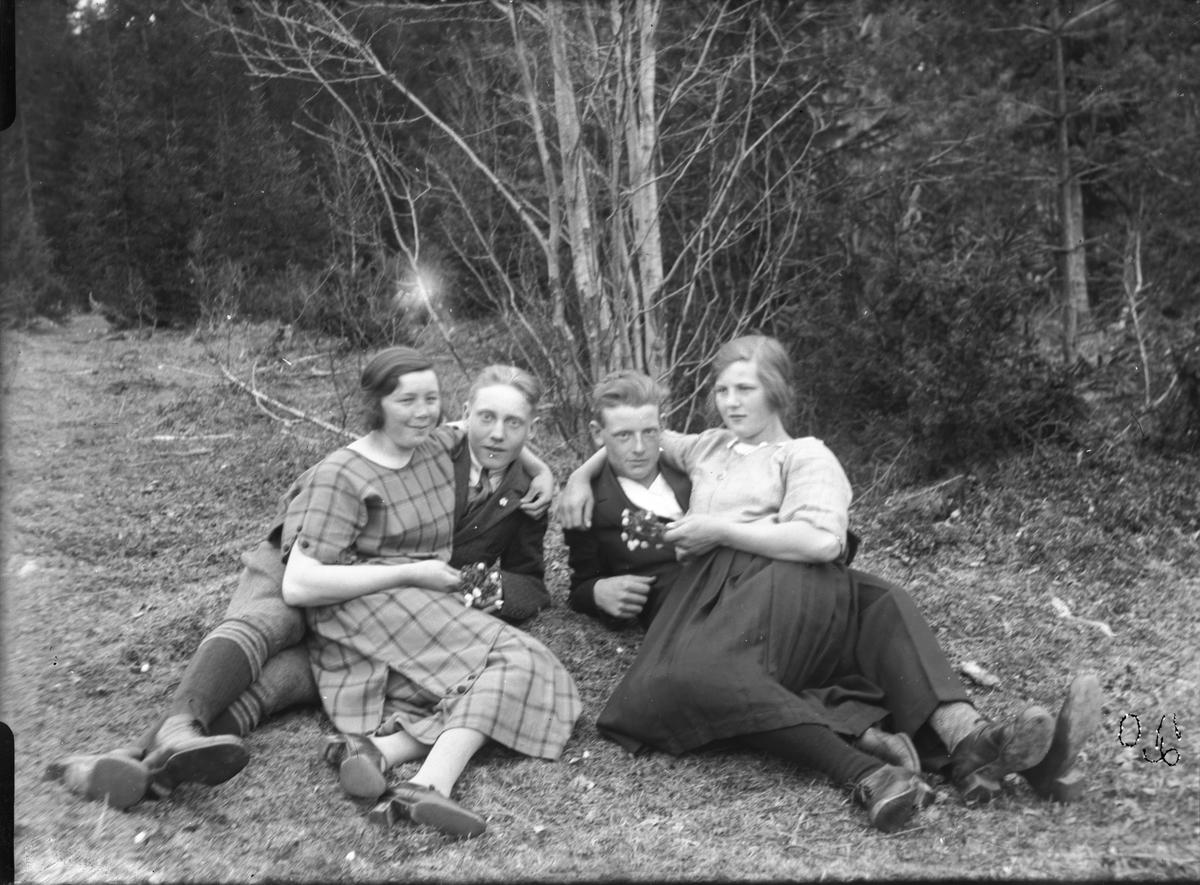 Mannen till vänster är Ivar Rehnström, Annefors, övriga okända.