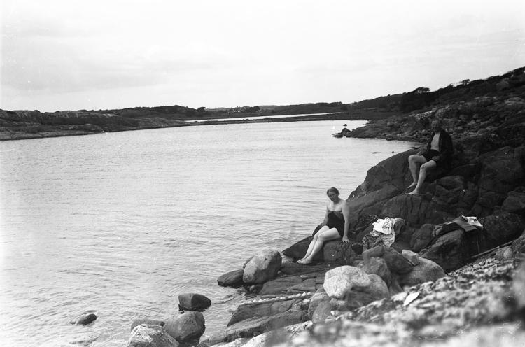 En man och kvinna sitter och vilar sig efter en simtur.