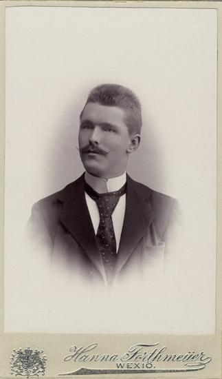 24305ad413e7 Porträtt (bröstbild, halvprofil) av en okänd man i mustasch, klädd i hög
