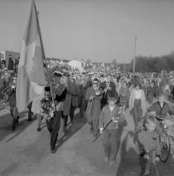 Studenterna, andra d. 1960. Studenterna m.fl. tågar iväg ne