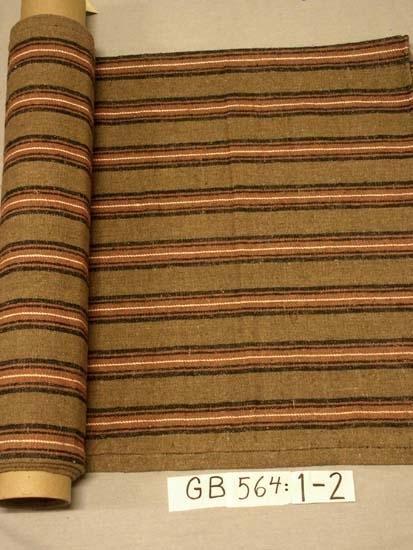 Madrassvar. Handvävda.  Kvalitet: hellinne, handspunnet lingarn.  Teknik: oliksidig kypert Vävbredd: 75 cm, 12 tr/cm. Varpordning: oblekt 52 tr, svart 8 tr, rosa 4 tr, svart 8 tr, rosa 10 tr,  vitt 2 tr (mångdubbelt garn = mittrand). Mönsterrapport: 9,5 cm bred (varv obl. 4,5 och ränder 5 cm) Sömmar och fållar handsydda med svart björntråd. Inskrivet i huvudkatalogen 1996-1997.