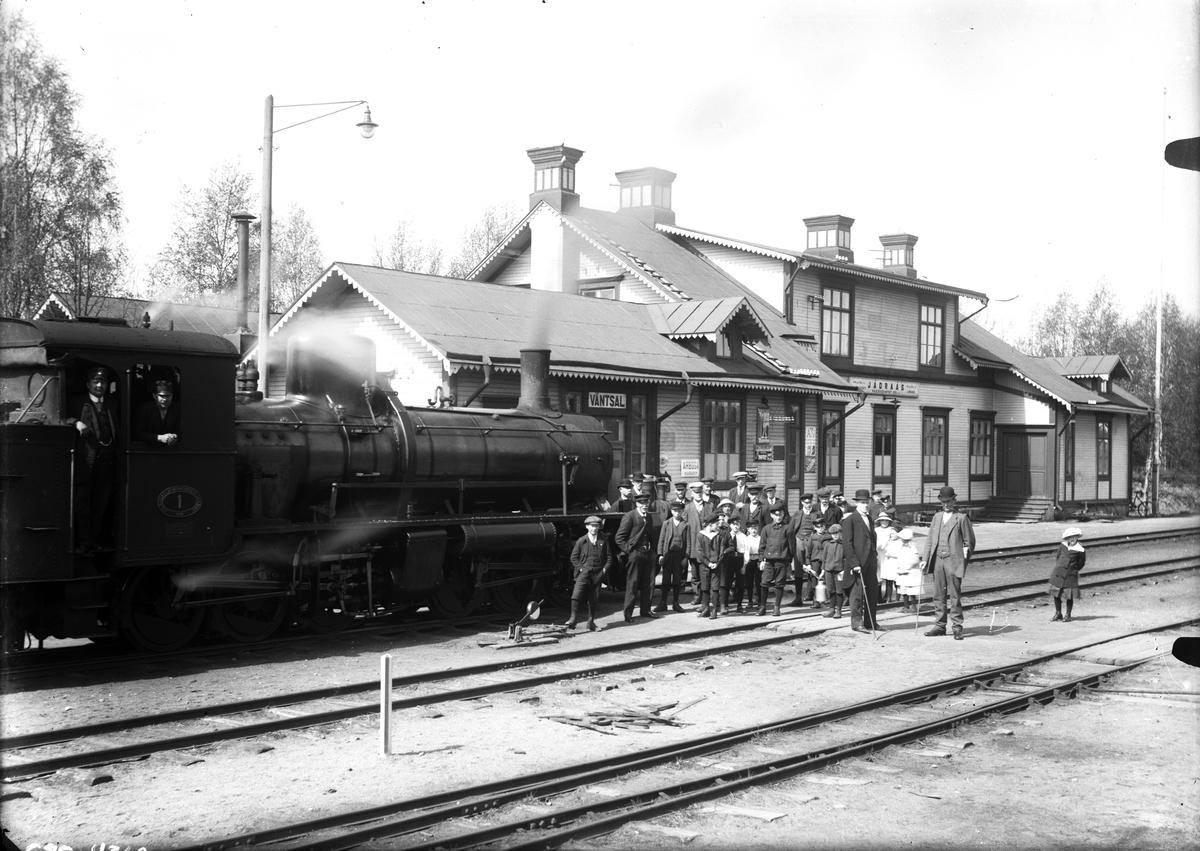 Stationshuset i Jädraås, folksamling vid lok.