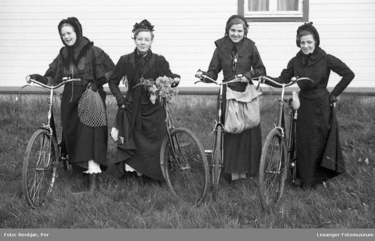 Sanitetens' Opptog, Levanger, sanitetskvinner i historiske kostymer