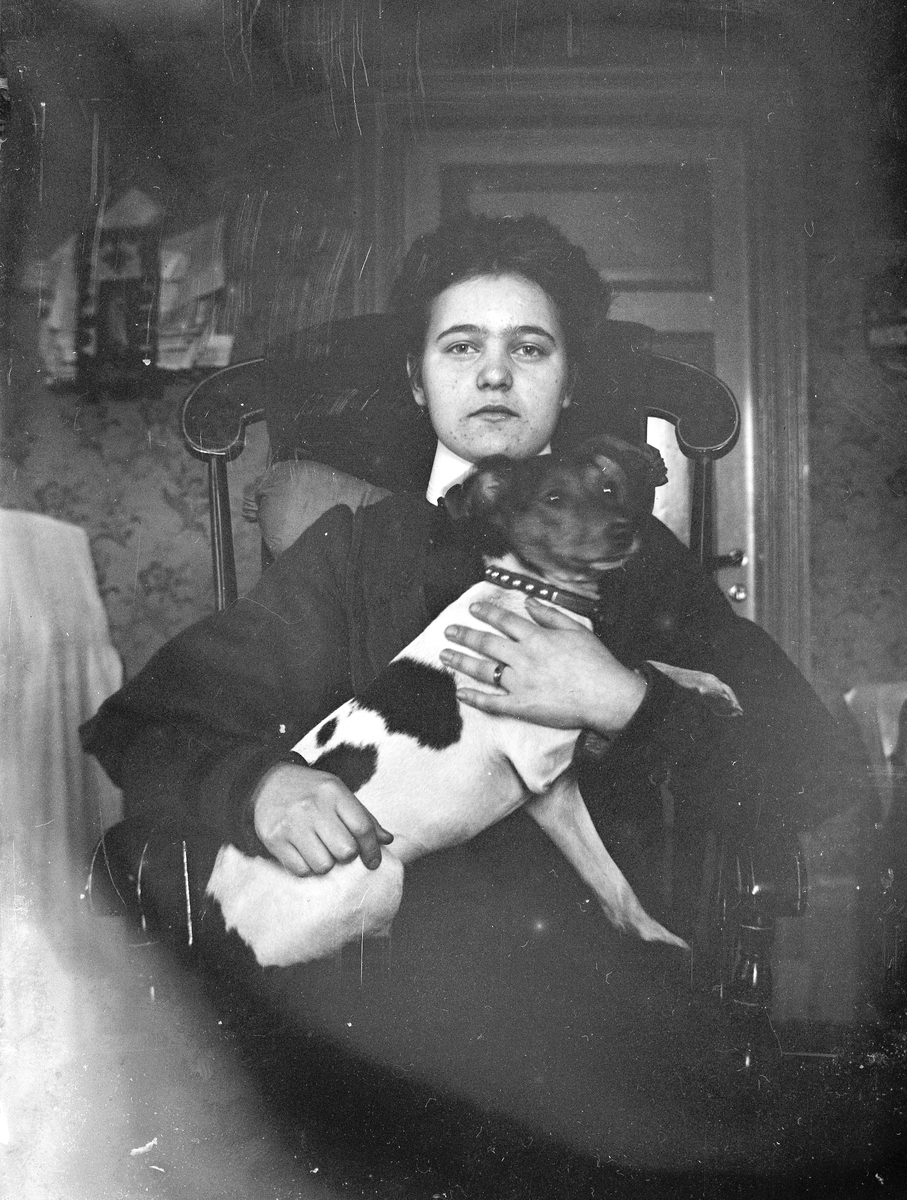 Ung kvinna med hund. Ev. Torsåkertrakten.