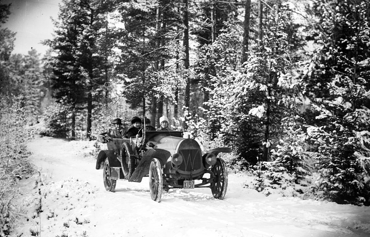 """Josef Eriksson vid ratten i sin """"Winghoff"""". Köpt den 12 maj 1920, såld 5 juli 1921"""
