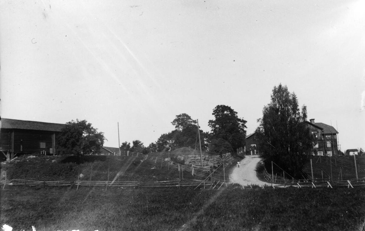 Nils-Nils till vänster och Skinnars till höger. Gamla landsvägen kvar.