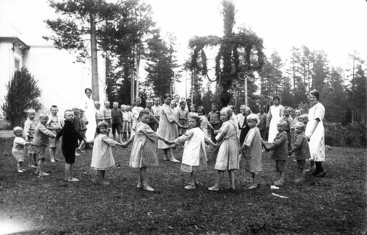 Barn och personal vid barnhemmet i Sävstaås.