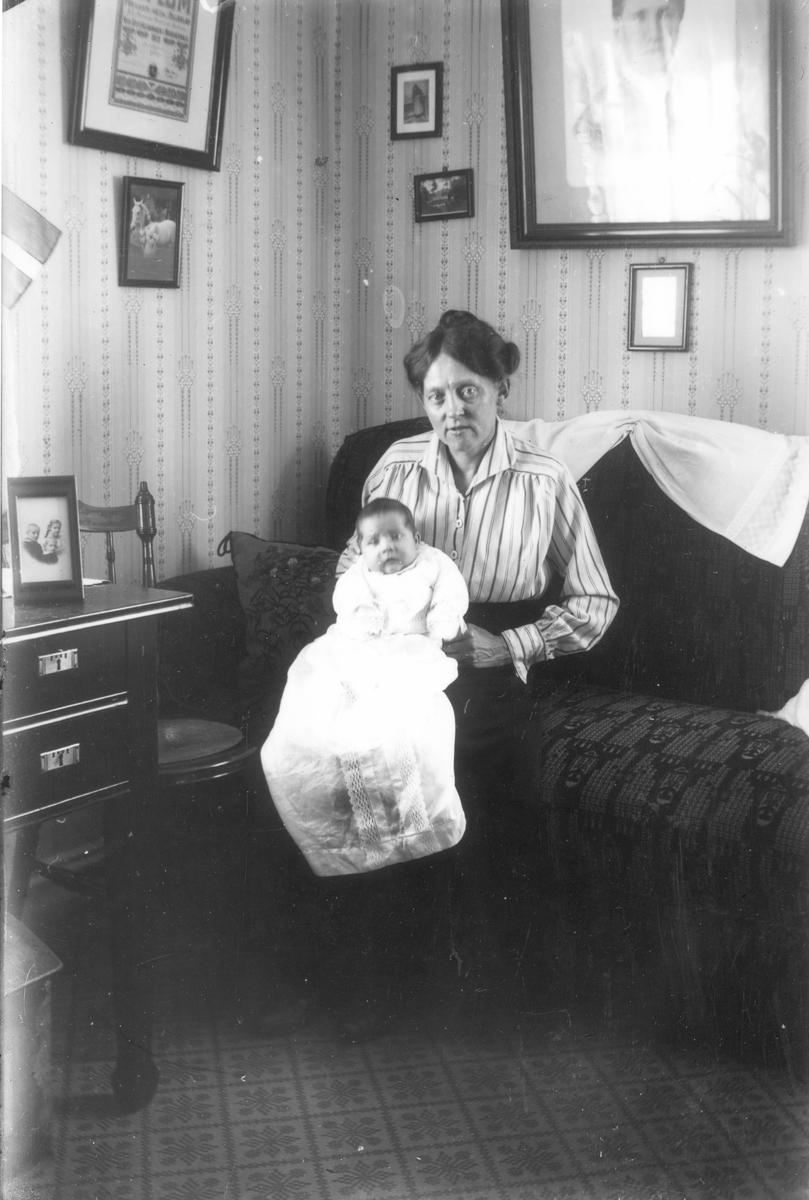 Porträtt av okänd kvinna med litet barn i dopklänning. Foto i maj 1919.
