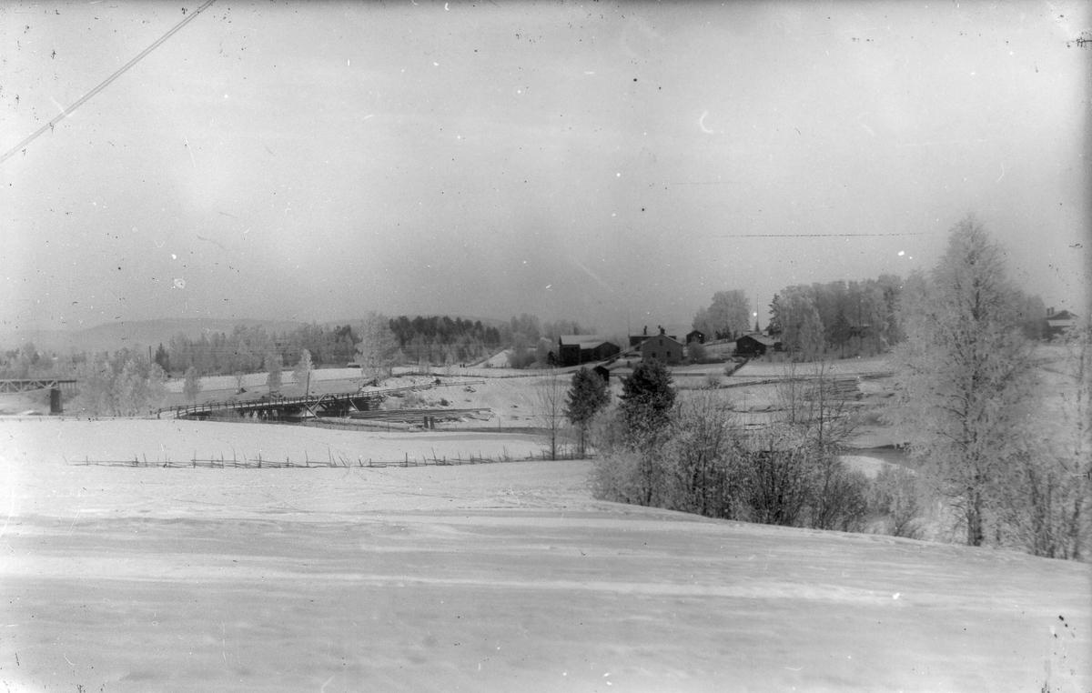 Vintervy över Voxsätter med gamla landsvägsbron.