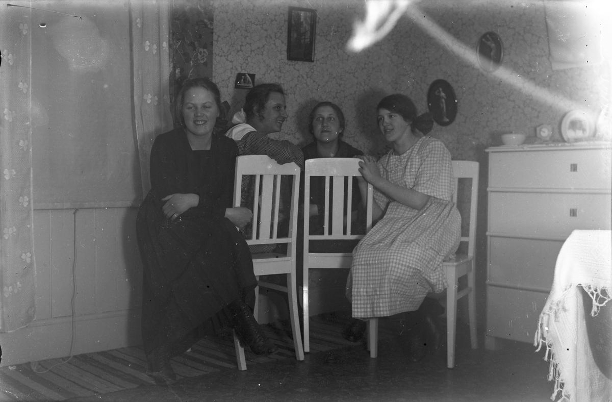 Fyra unga kvinnor.