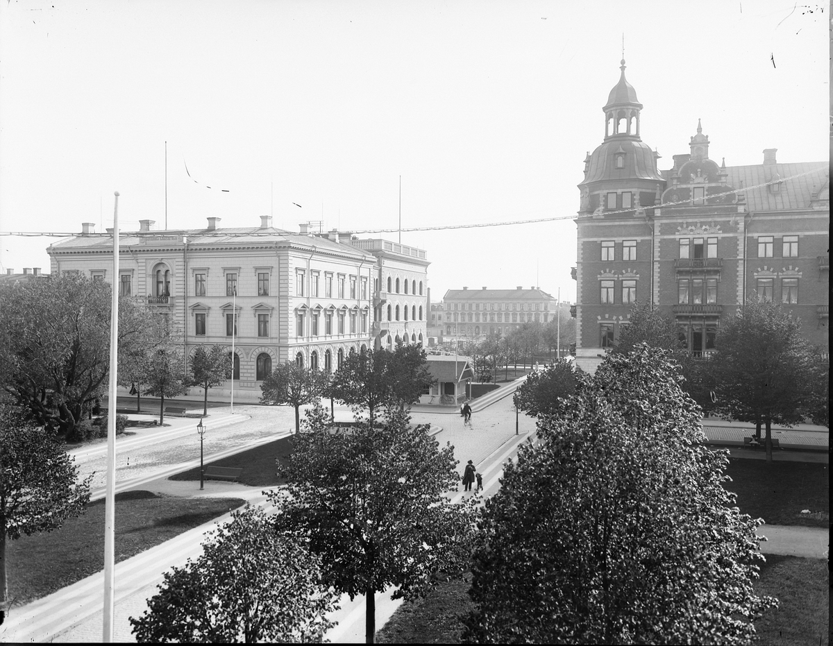 Korsningen Nygatan och Norra Kungsgatan Gevaliapalatset och Gefleborgs Läns Enskilda Bank ståtliga byggnader.