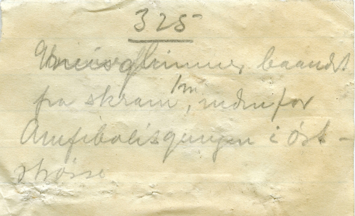 Etikett i eske: Gneis «det haarde baand» 1 m. indenfor Amfibolitgangen i øststrosse. 325 m. dyb. Samuels grube Kongsberg. M. Johnson marts 1912.  + papirlapp