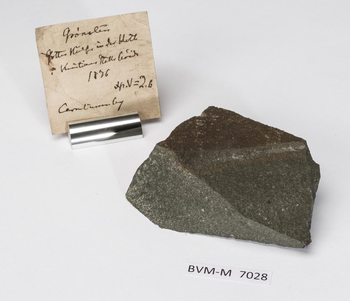 En etikett i eske: Grønsten Gottes Hülfe in der Noth  i Kristians Stolle høide 1876 Sp.V=2.6 Corneliussen leg
