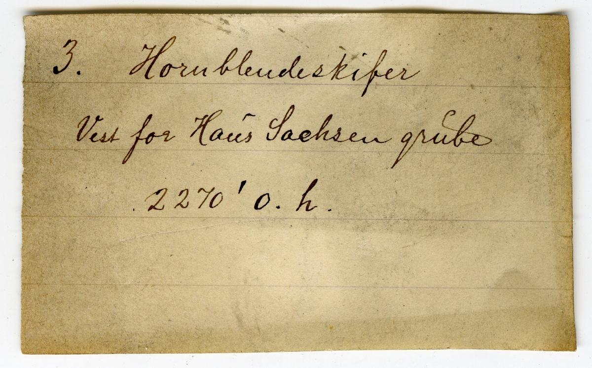 Etikett på prøve: 3  Etikett i eske: 3. Hornblendeskifer Vest for Haus Sachsen grube 2270' o. h.