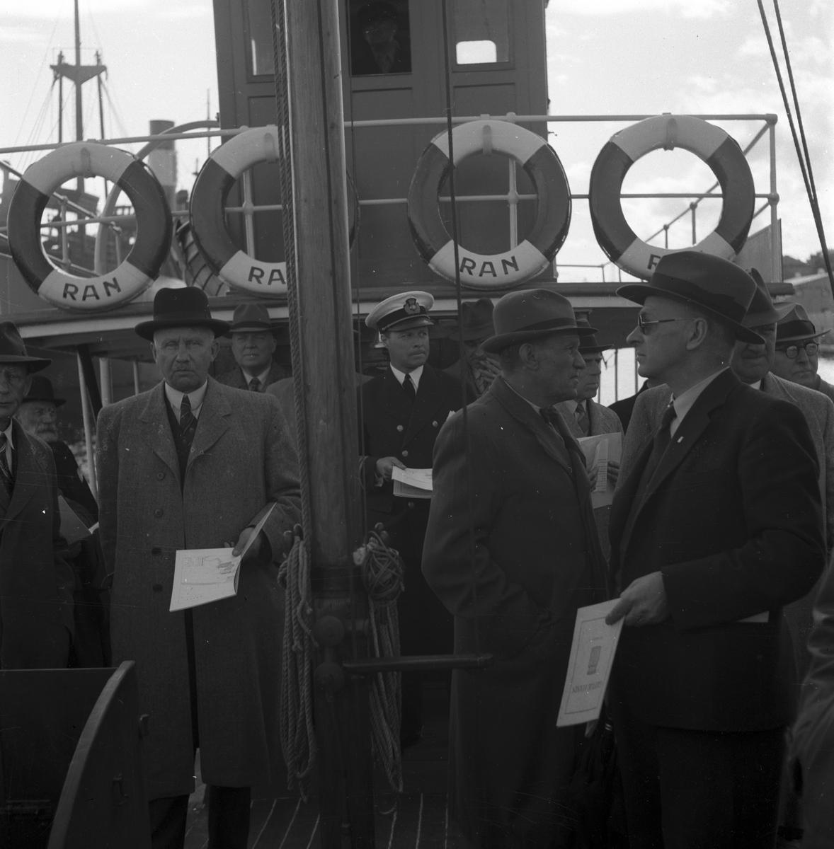 """Hamnutredning. Besök i Gävle hamn. En tur på Gavleån med fartyget """"Ran"""". 15 juni 1945."""
