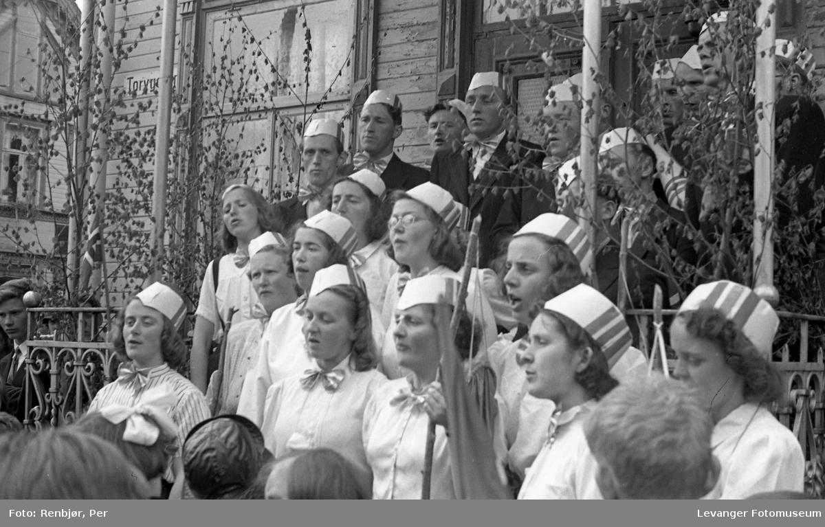 Lærerskolens' opptog fredsvåren, koret synger på trappa.