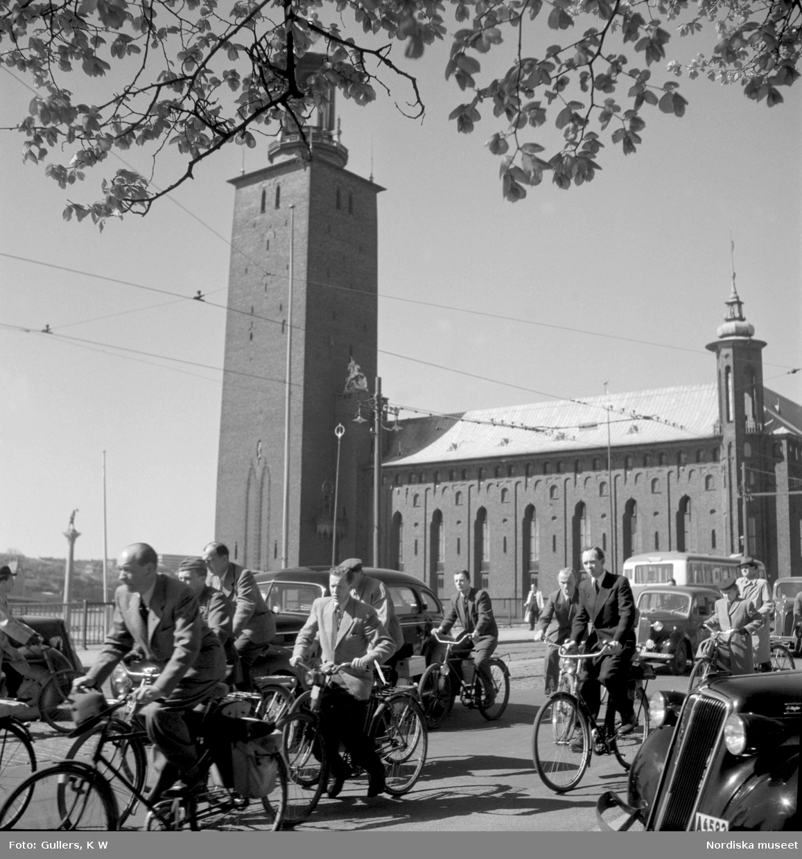 Cyklister och bilister på Stadshusbron, Stockholm