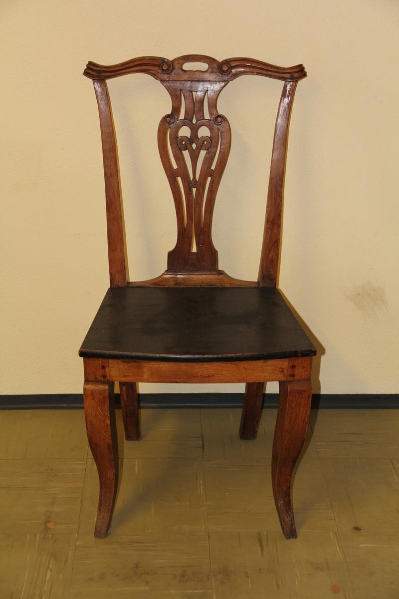 """Chippendale-inspirert stol, brun med sort sete. Utskjæringer. Ryggbrettet dekorativt utformet, kinesisk-inspirerte """"skuldre"""""""