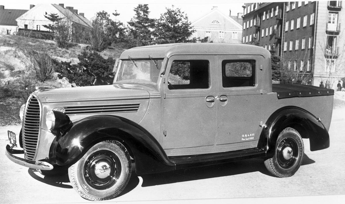 Bil, 22 maj 1946. Valbo Verkstad A-B grundades år 1923 av häradsdomare  K. G. Ålenius  . Denne övertog ett tidigare bildat bolag, som drev verkstadsrörelse i Valbo med tillverkning av arbetsvagnar, timmerkälkar m. m. lät nu omlägga rörelsen för tillverkning av bil karosserier, varav mest lastvagns- och skåpbilskarosserier tillverkas. År 1929 ombildades firman till aktiebolag med Ålenius som verkst. direktör. Vid sin död år 1938 efterträddes han av sonen, ingenjör  Gunnar Ålenius  . Företaget har gått en kraftig utveckling till mötes och kan nu räkna sig till landets ledande inom sin bransch. Från att ha sysselsatt 3—4 man äro nu vid full drift cirka 80 arbetare anställda inom företaget.  Valbo Verkstads A-B omfattar smides-, plåtslageri- och snickeriverkstad, monteringshall, måleri- samt lackerings- och tapetserarverkstäder, alla försedda med moderna, maskinella utrustningar. Bland företagets kunder kunna nämnas: Svenska armén, Kungl. Telegrafverket — över 200 skåpkarosserier ha under årens lopp levererats hit — Postverket, Vattenfallsstyrelsen, Stockholms stads gatukontor, en hel del allmänna verk och inrättningar samt privata företag. Dessutom är bolaget huvudleverantör till flera av de större bilfirmorna i Stockholm samt Ålenius valen förutseende man, som med öppen blick följde utvecklingen inom bilbranschen och han på övriga platser i landet. Företaget höll ut till någon gång på 1980-talet.
