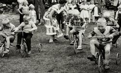 Unger i kappløp på trehjuls-sykkel under sommerturen til Jon