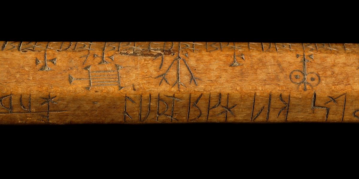 Kalenderstav i form av en sjukantig, stavformad runkalender med svarvat, balusterformat handtag. På handtagets övre del finns bokstäverna SL vilket betyder att den är tillverkad i Linköping under åren 1595 - 1620. Eventuellt betyder inskriptionen x 97 x på handtagets övre del år 1597. Se relaterade objek under Referenser.