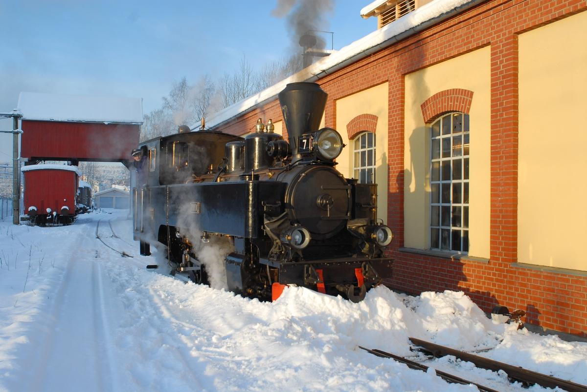 Lokomotivfører Håvard Apeland på damplokomotiv nr. 7 Prydz utenfor Urskog-Hølandsbanens verksted på Sørumsand. Klargjøring for kjøring av juletog på museumsjernbanen Tertitten