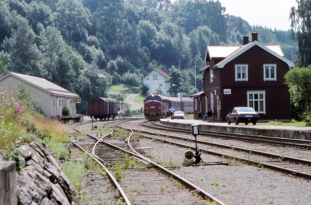 Persontog 281, Oslo S - Fagernes, kjører inn på Hov stasjon.