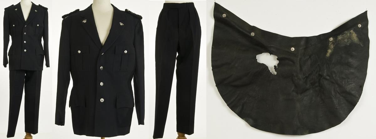 Uniform, brannmesteruniform, paradeuniform. A: Jakke, enkeltspent. Brystlommer, stikklommer. Uniformsknapper, emblem, skulderklaffer. B: bukse, knappet gylf, hekter, 2 legg i hver side. C:Hjelm, str.56. D: nakkebeskyttelse til hjelm.