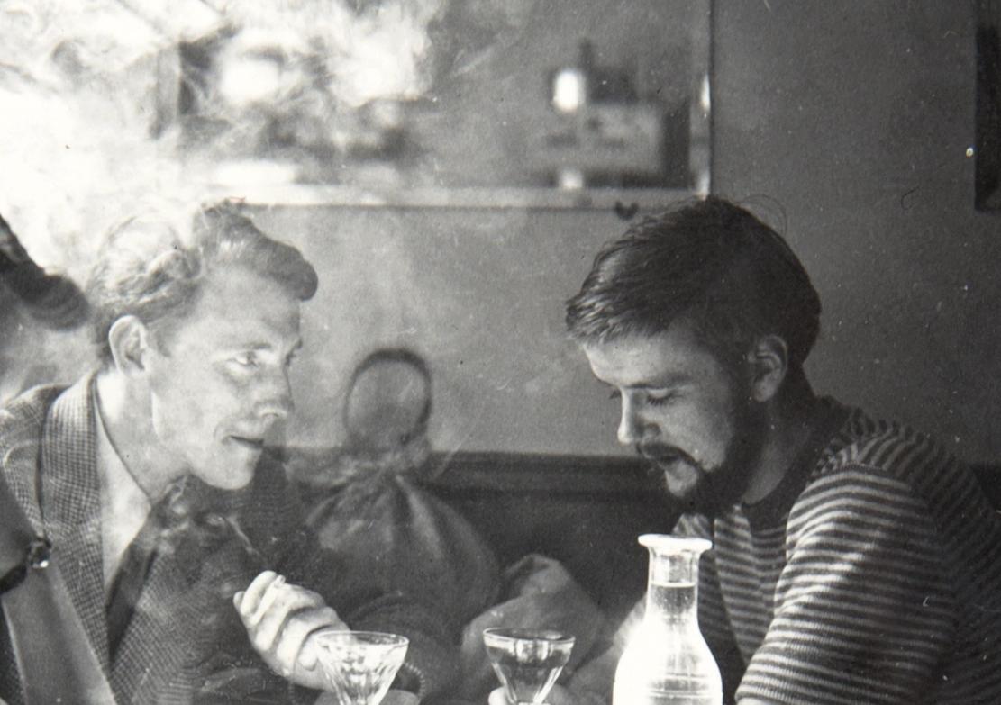 Roar Wold og Lars Tiller på café i Paris, 1951